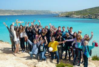 Группа студентов языкового лагеря в поездке на Комино, Мальта