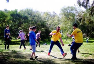 Студенты играют в игры в парке Kennedy Grove около нашей школьной детской резиденции