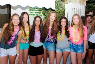 6 девочек идут на школьную приветственную вечеринку