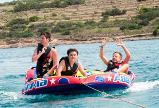 Студенты на гонке на резиновой лодке