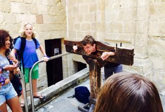 Один студент пробует ловушку в Мдине
