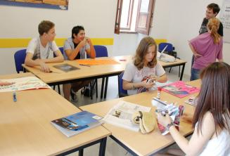 Студенты работают над проектом на уроке английского