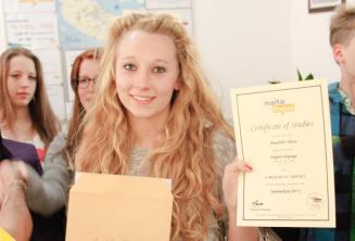 Юная студентка языковой школы с ее сертификатом курса английского