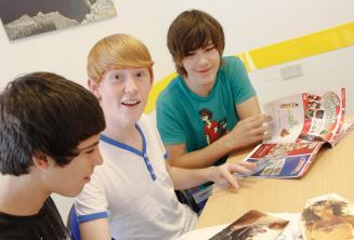 Юные студенты английского занимаются активити языкового курса