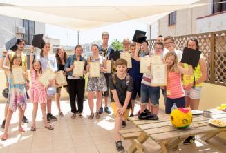 Группа студентов, которые закончили свои курсы английского языка