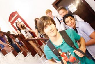Группа студентов напротив красной английской телефонной будки