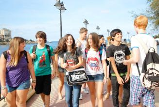 Юные студенты вместе гуляют