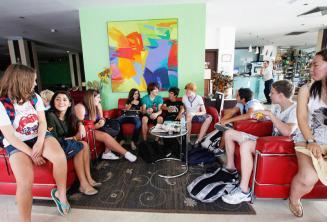 Студенты английского языка в лобби детской школьной резиденции