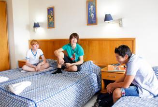 3 студента подростка в номере нашей школьной резиденции