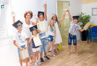 Дети с их сертификатами курса английского языка