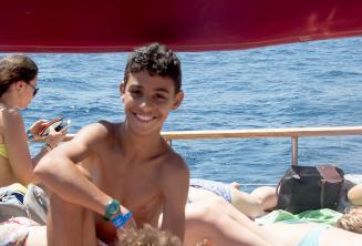 Студент детской программы в поездке на яхте школы