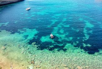 Вид на бухту на Мальте с чистой аквамариновой водой