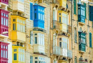 Множество красочных мальтийских балкончиков