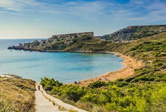 Вид на песчаный пляж в Меллихе, Мальта