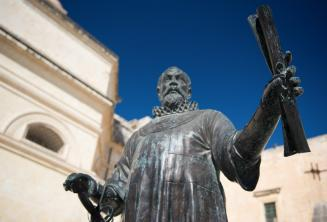 Статуя на Мальте мужчина держит свиток
