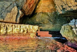 Яркие краски в водах Голубого Грота