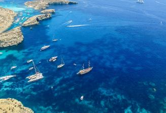 Парусные лодки в Комино, Мальта
