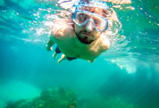 Студент плавает под водой