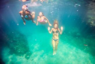 3 студента плавают под водой
