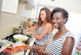 Студент помогает принимающей семье готовить ужин