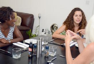 Студенты английского за обеденным столом с их принимающей семьей в Сент-Джулиансе
