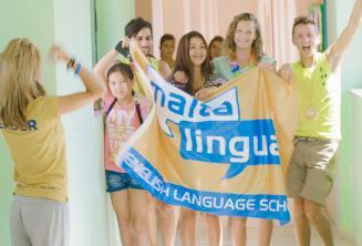 Группа студентов машет флагом