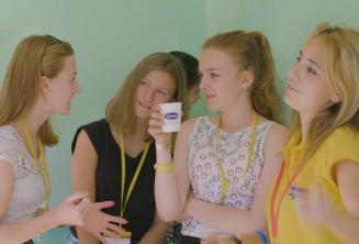 Преподаватель и групп-лидер говорят со студентами