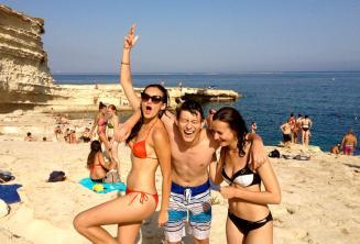 3 студента подростка в поездке языковой школы к Бассейну St Peters