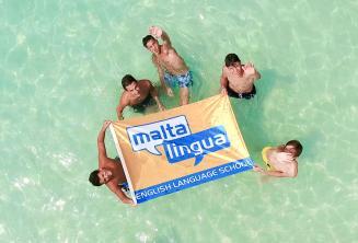 Студенты подростки в поездке языковой школы к Голубой Лагуне, Мальта