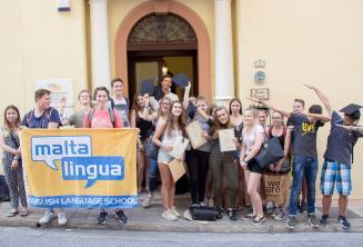 Групповое фото подростков студентов английского языка при входе в нашу школу на Мальте