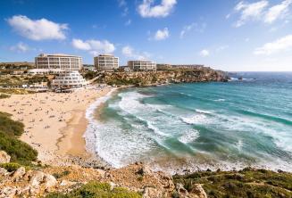 Посмотрите на пляж в Голден Бэй на Мальте