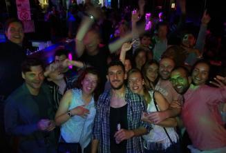 Группа студентов английского и сотрудников школы тусуется в клубе Пачевилля