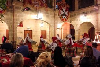 Традиционные мальтийские танцоры выступают на шоу в ресторане
